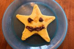 Frühstückskunst Pfannkuchen Stern mit Gesicht