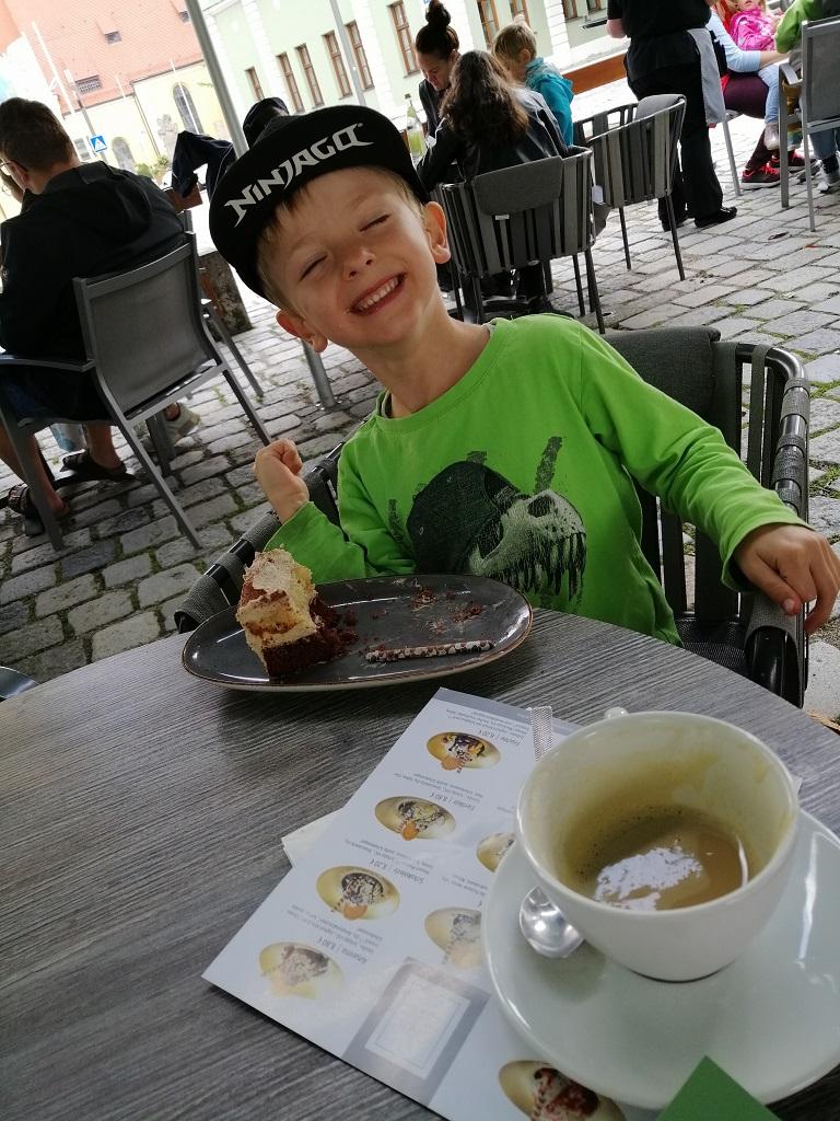 Philipp extrem glücklich mit einem Stück Latte Macchiato Torte